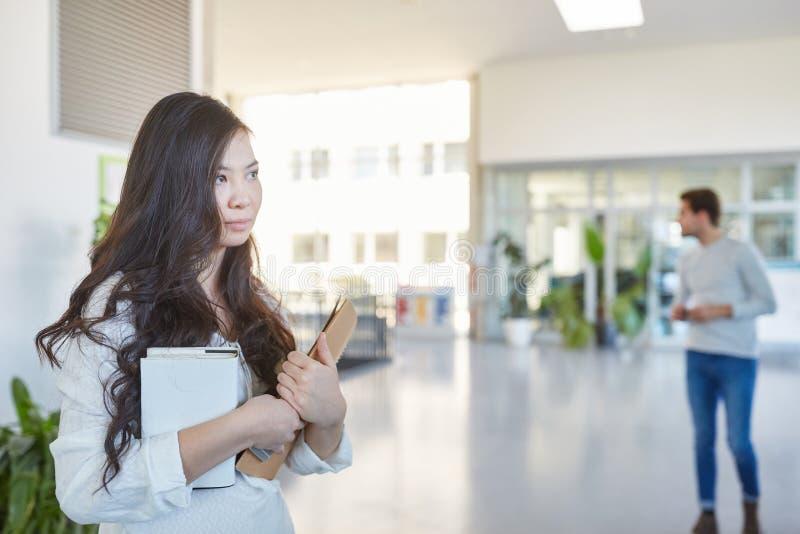 Estudante asiático no corredor da universidade foto de stock