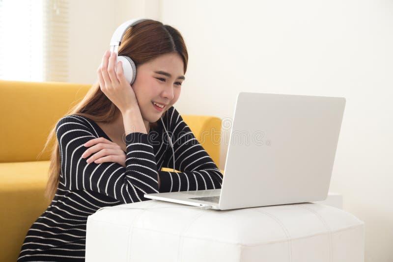 Estudante asiático novo que usa o laptop foto de stock royalty free