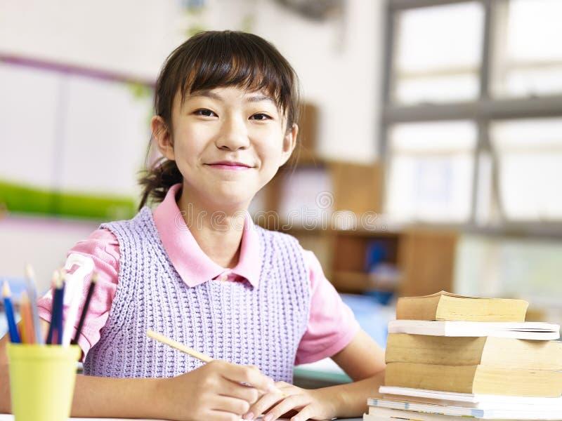 Estudante asiático orgulhoso da escola primária imagens de stock