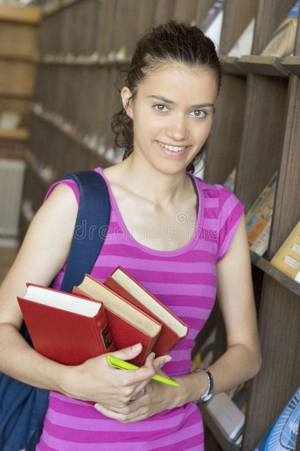 Estudante bonito novo na faculdade fotos de stock royalty free