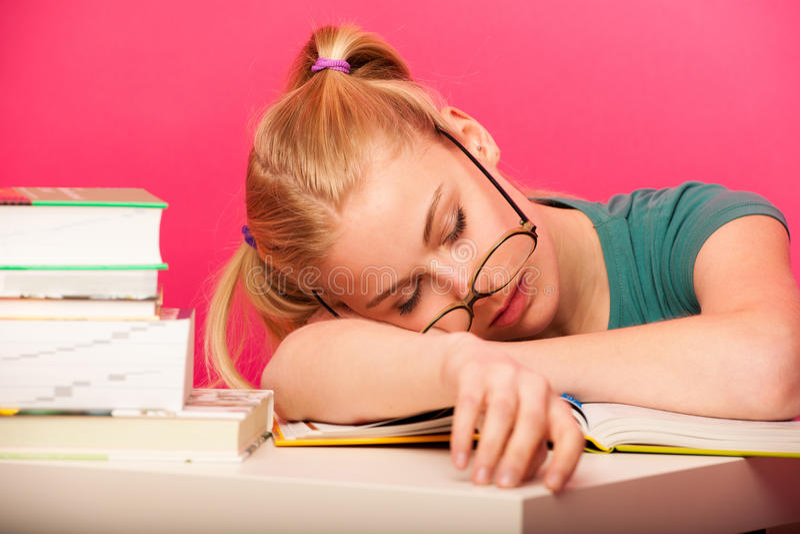 Estudante brincalhão com as duas caudas do cabelo e o sittin grande dos monóculos imagem de stock