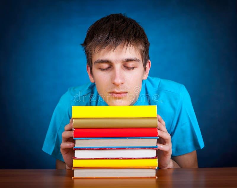 Estudante cansado com um livro imagem de stock