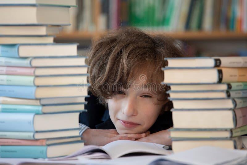 Estudante cansado e furado, trabalhos de casa dif?ceis da escola foto de stock royalty free