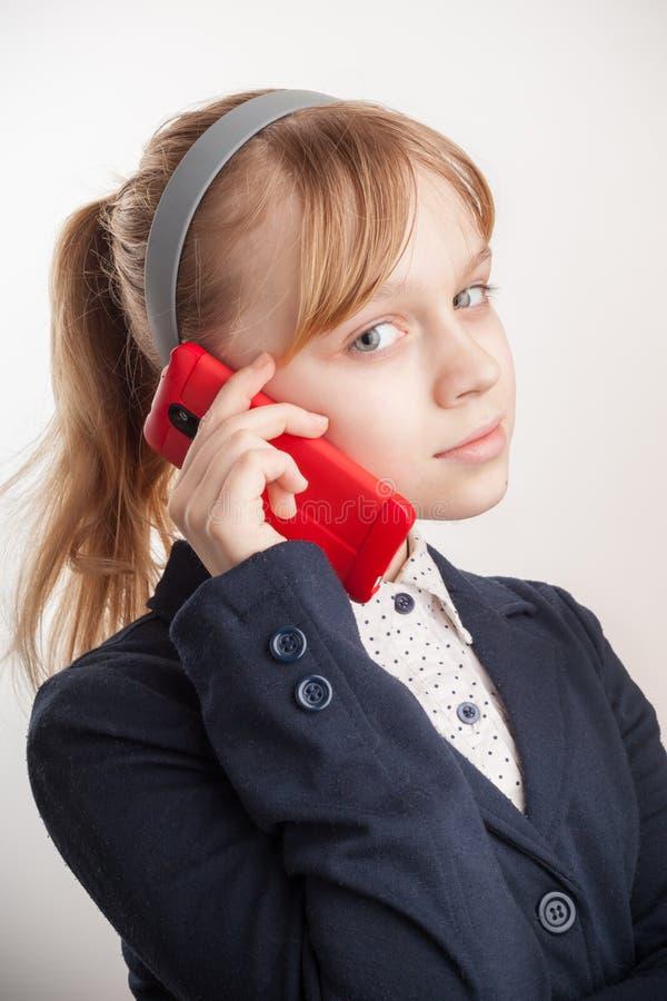Estudante caucasiano loura que chama pelo telefone celular imagem de stock royalty free