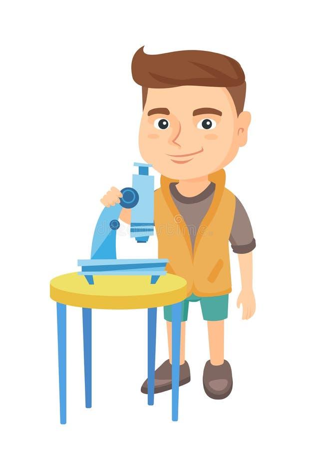 Estudante caucasiano pequena que usa um microscópio ilustração do vetor