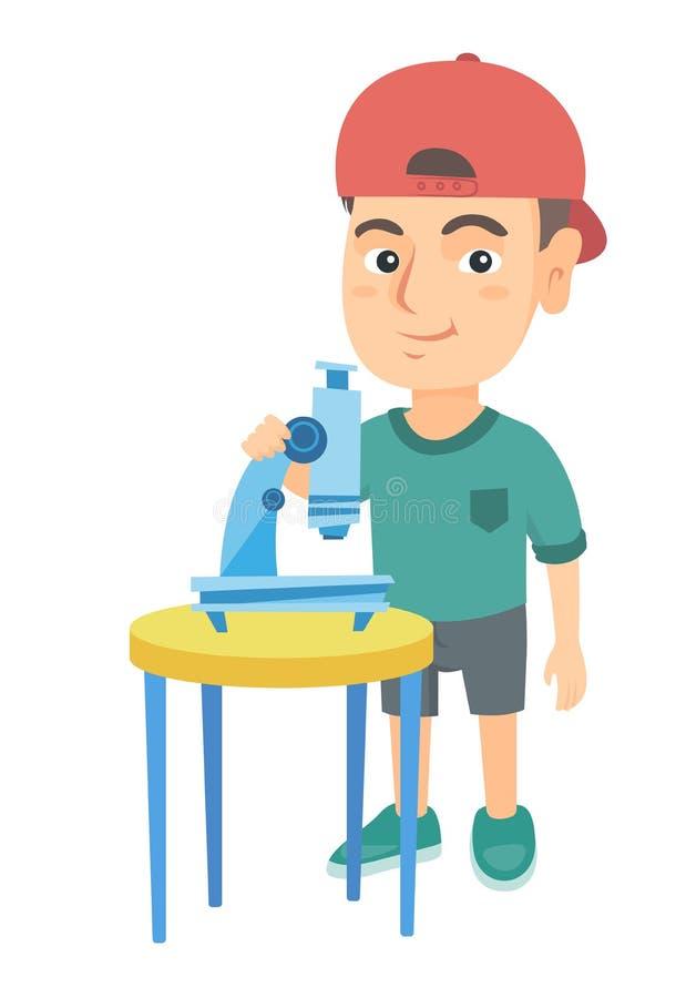 Estudante caucasiano pequena que usa um microscópio ilustração stock