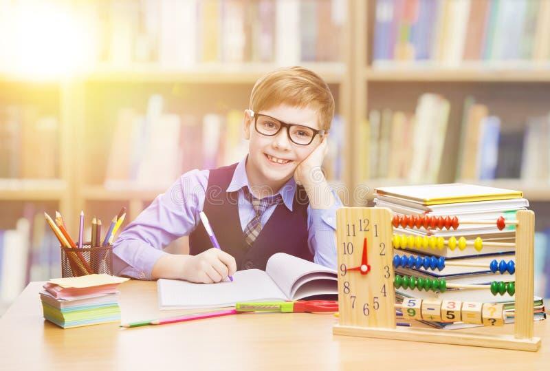 Estudante Child na escola, menino da criança que aprende a matemática em Classro fotografia de stock royalty free