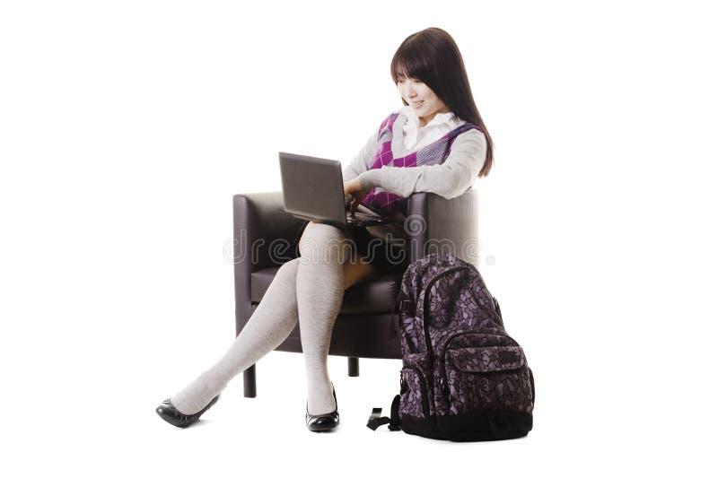 Estudante chinês que trabalha em um portátil. imagem de stock royalty free
