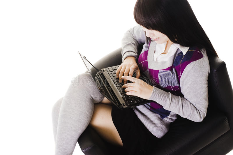 Estudante chinês que trabalha em um portátil. foto de stock royalty free