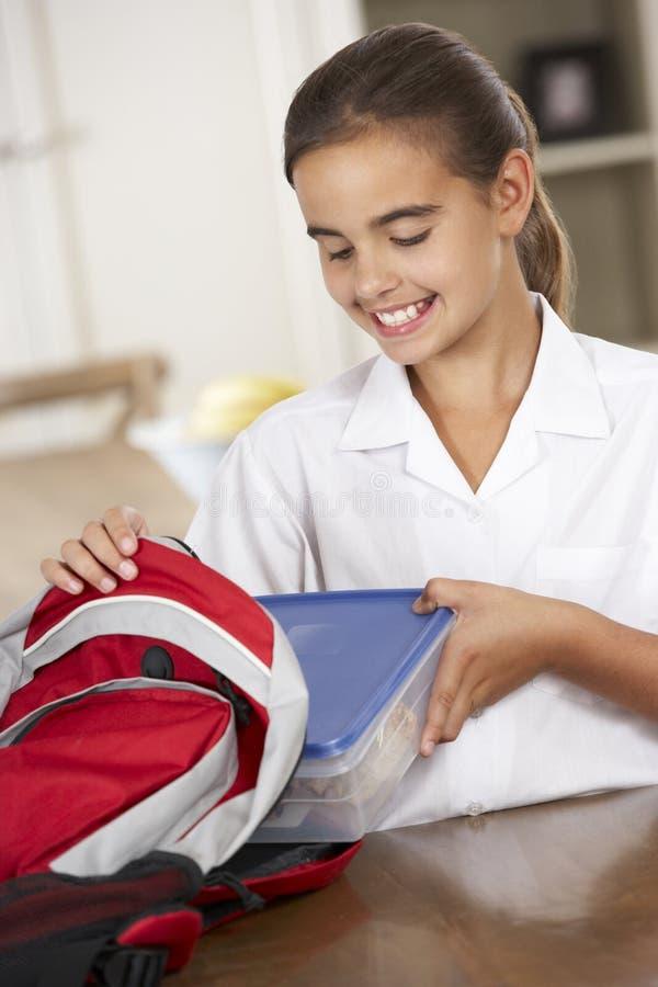 Estudante com a cesta de comida saudável na cozinha imagem de stock