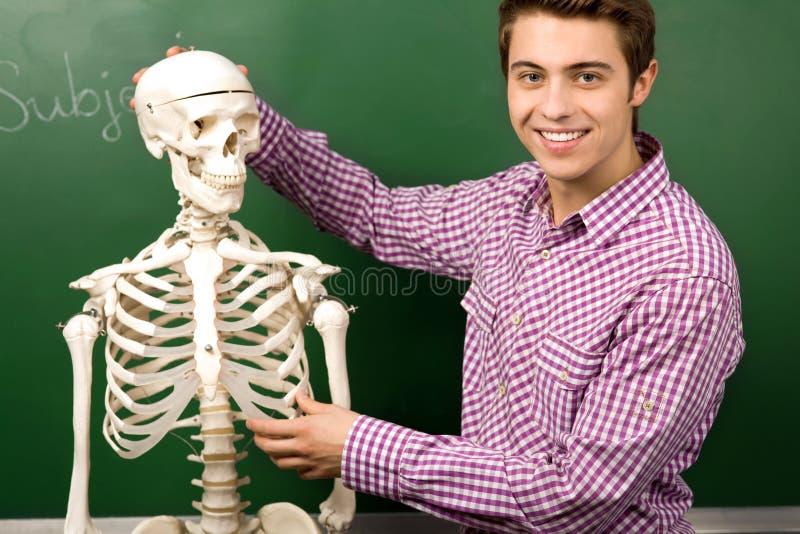 Estudante com esqueleto imagens de stock