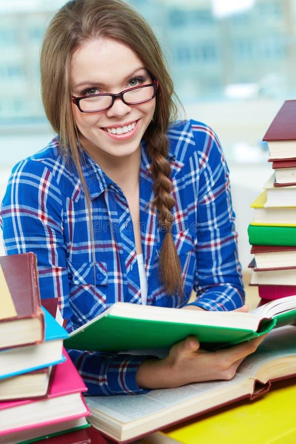 Estudante com livro fotos de stock royalty free