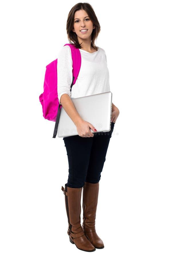 Estudante com o saco que guardara o portátil foto de stock