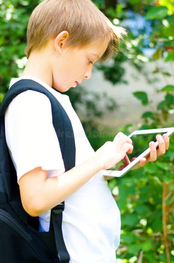Estudante com tabuleta imagem de stock