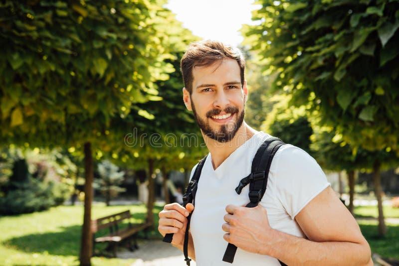 Estudante com trouxa fora foto de stock