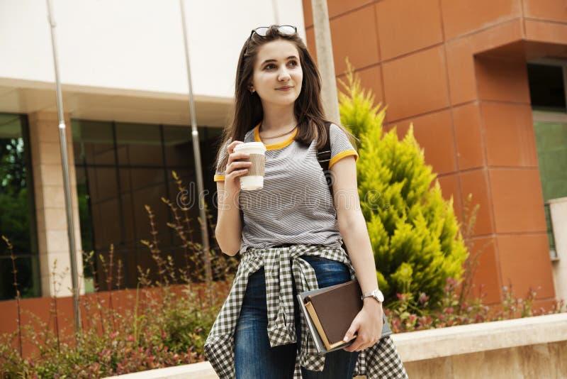 Estudante com a trouxa no ar livre imagem de stock royalty free