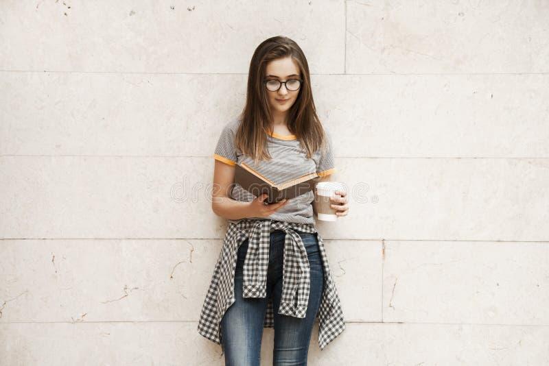 Estudante com a trouxa no ar livre fotos de stock