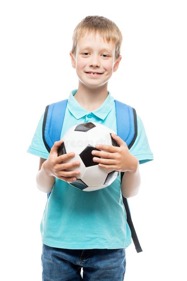 Estudante com uma bola de futebol que levanta no estúdio imagens de stock royalty free