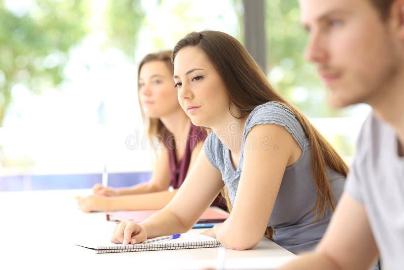Estudante confundido em uma sala de aula foto de stock royalty free
