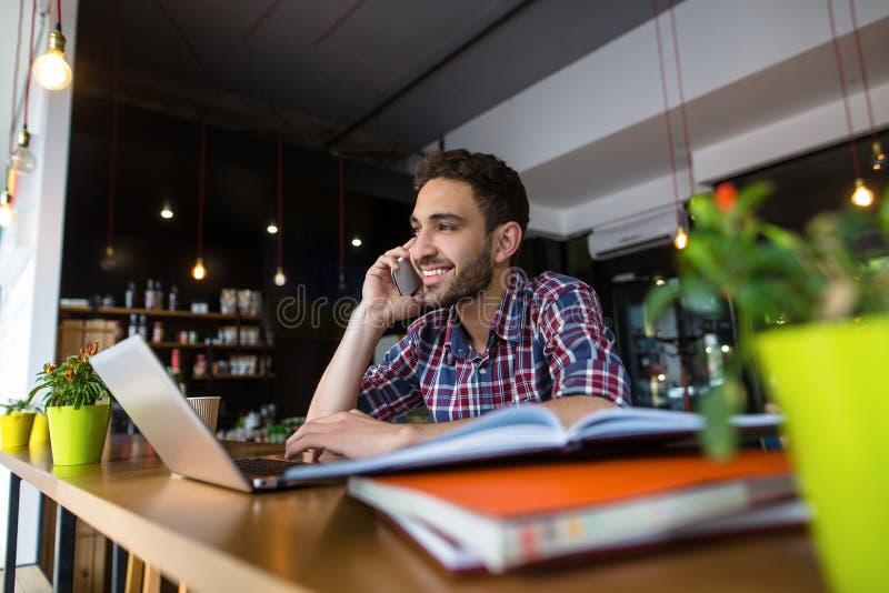 Estudante considerável que estuda no restaurante foto de stock royalty free
