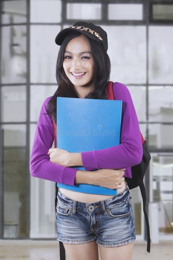 Estudante consideravelmente fêmea que sorri na câmera fotografia de stock royalty free