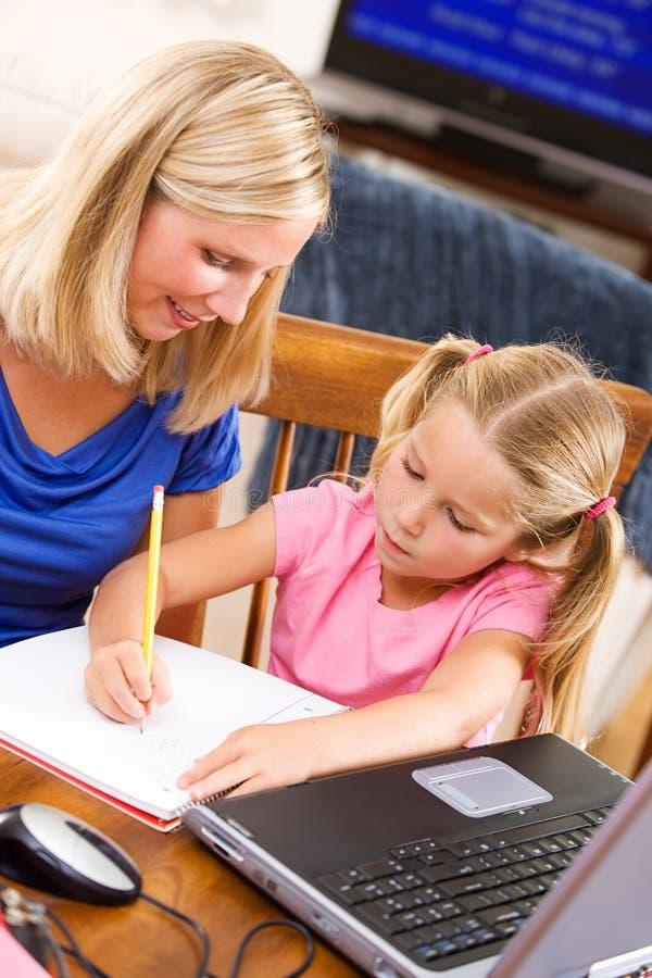 Estudante: A criança faz trabalhos de casa com ajuda do pai imagem de stock