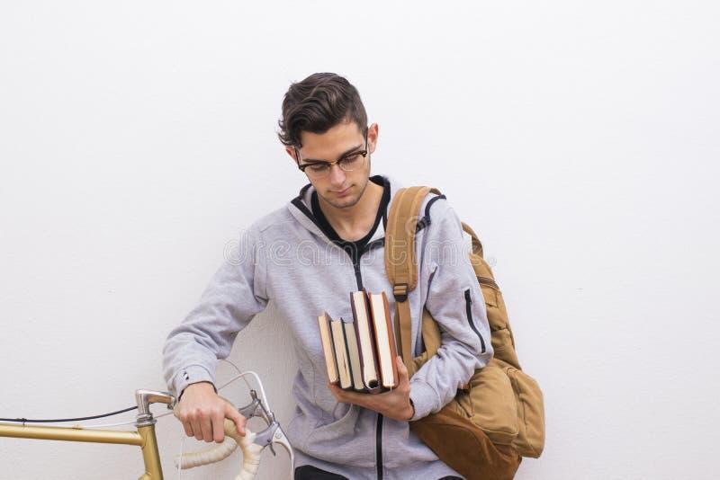 Estudante da forma com livros e bicicleta imagens de stock