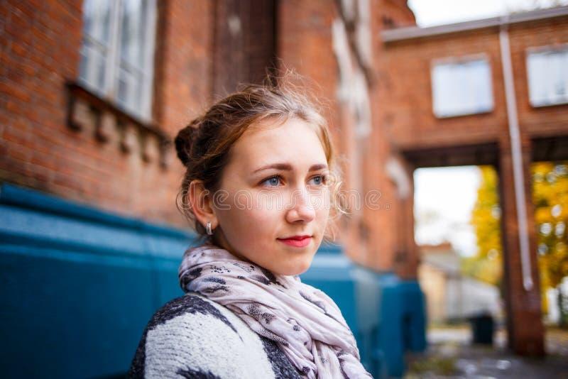 Estudante da moça que está a construção próxima da faculdade imagem de stock royalty free