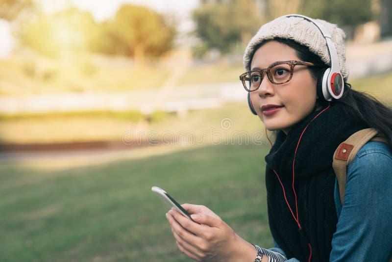 Estudante de Ásia que aprende o áudio de escuta imagem de stock