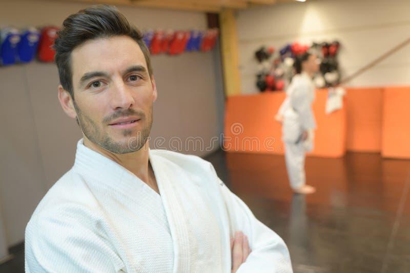 Estudante de artes marciais do retrato que escuta atentamente o professor foto de stock