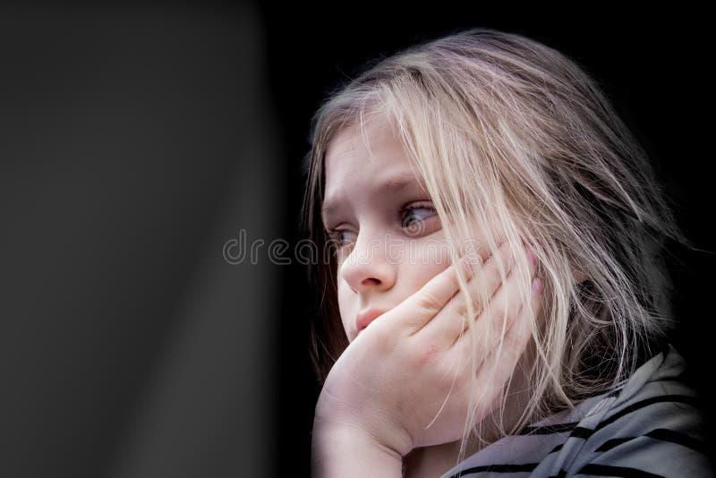 Estudante de assento da menina bonito que pensa no fundo da abertura da janela imagem de stock royalty free