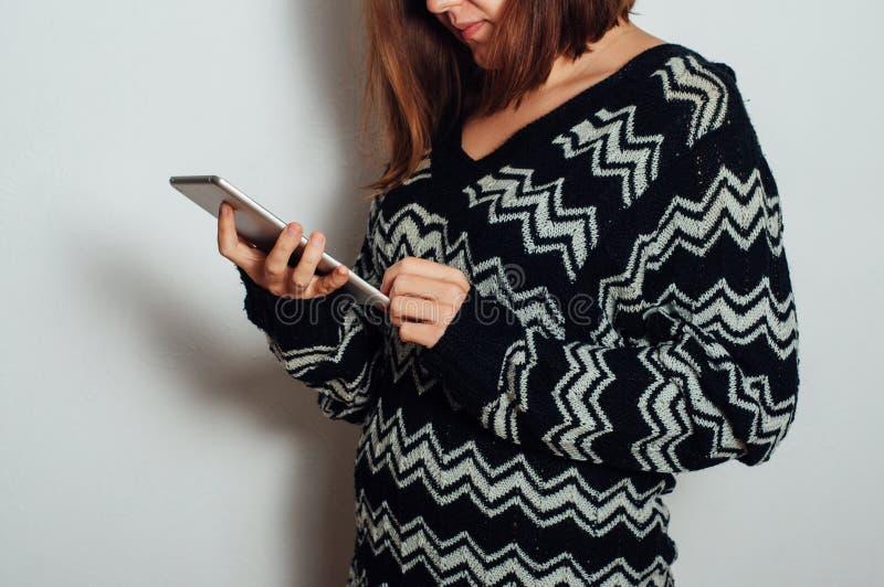 Estudante de jovem mulher que usa o PC da tabuleta fotografia de stock royalty free