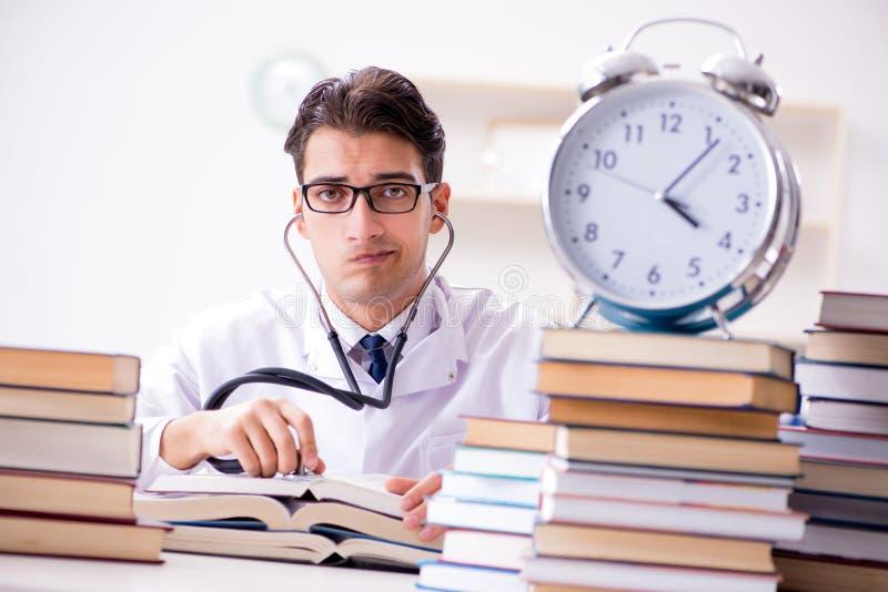A estudante de Medicina que corre fora da hora para exames imagem de stock