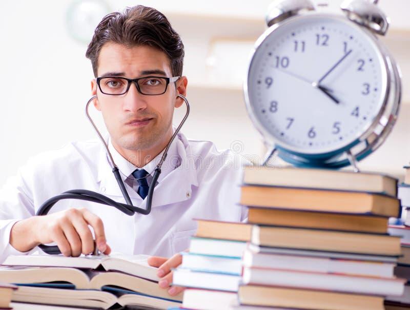 Estudante de Medicina que corre fora da hora para exames fotos de stock royalty free
