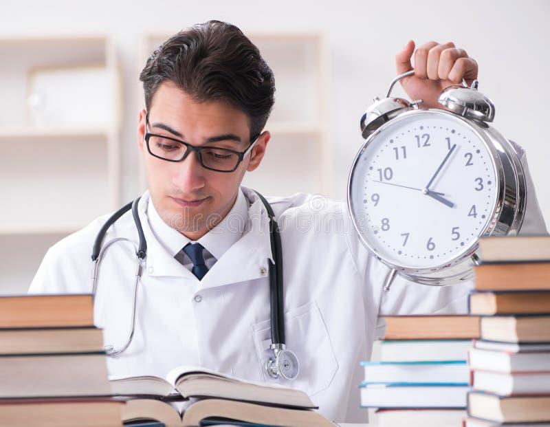Estudante de Medicina que corre fora da hora para exames imagens de stock royalty free