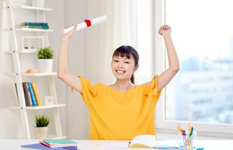 Estudante de mulher asiático feliz com diploma em casa fotografia de stock