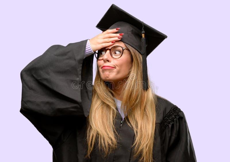 Estudante de mulher graduado bonito novo fotos de stock