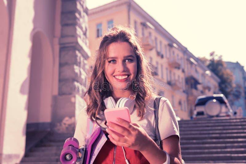 Estudante de olhos azuis bonito da High School que sente extremamente feliz e alegre imagens de stock