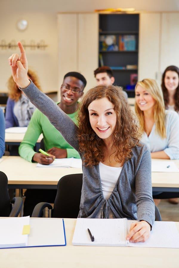 Estudante diligente que levanta a mão fotografia de stock royalty free