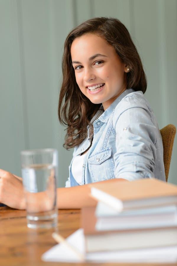 Estudante de sorriso do adolescente em casa foto de stock