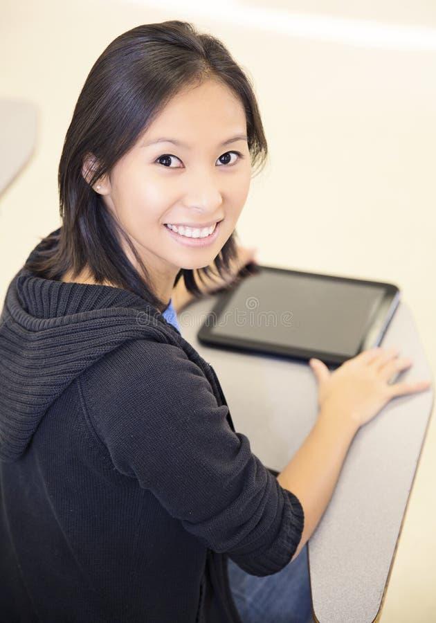 Estudante de sorriso que usa um tablet pc imagem de stock