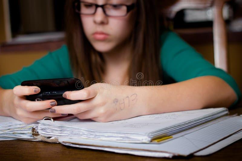 Estudante de Texting fotografia de stock royalty free