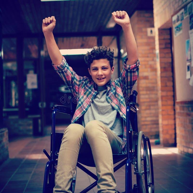 Estudante deficiente na cadeira de rodas no corredor na escola ilustração do vetor
