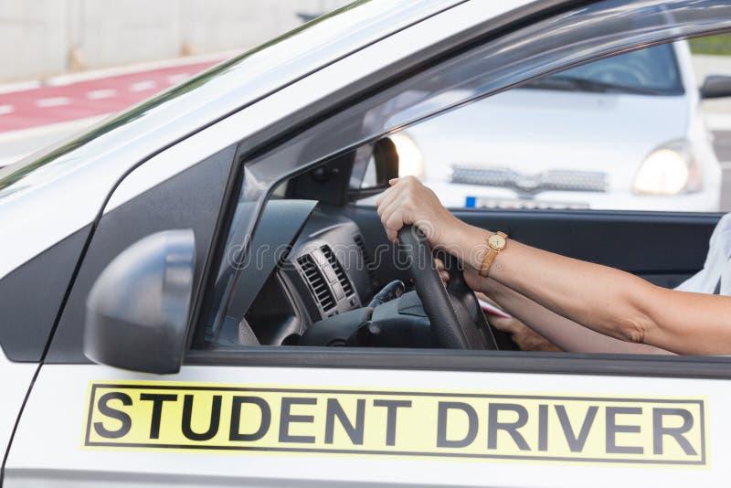 Estudante do motorista do principiantes que conduz o carro com instrutor imagem de stock