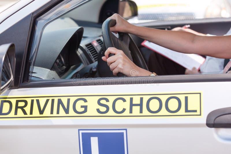 Estudante do motorista do principiantes que conduz o carro com instrutor imagens de stock royalty free