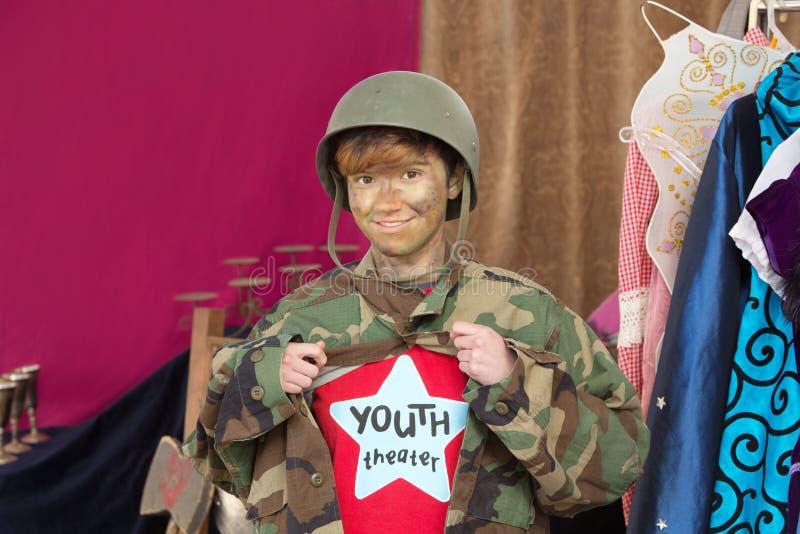 Estudante do teatro vestido como o soldado fotografia de stock