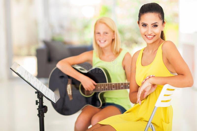 Estudante do tutor da música foto de stock