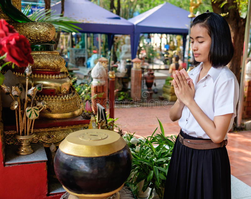 A estudante doa o dinheiro para o templo fotografia de stock royalty free