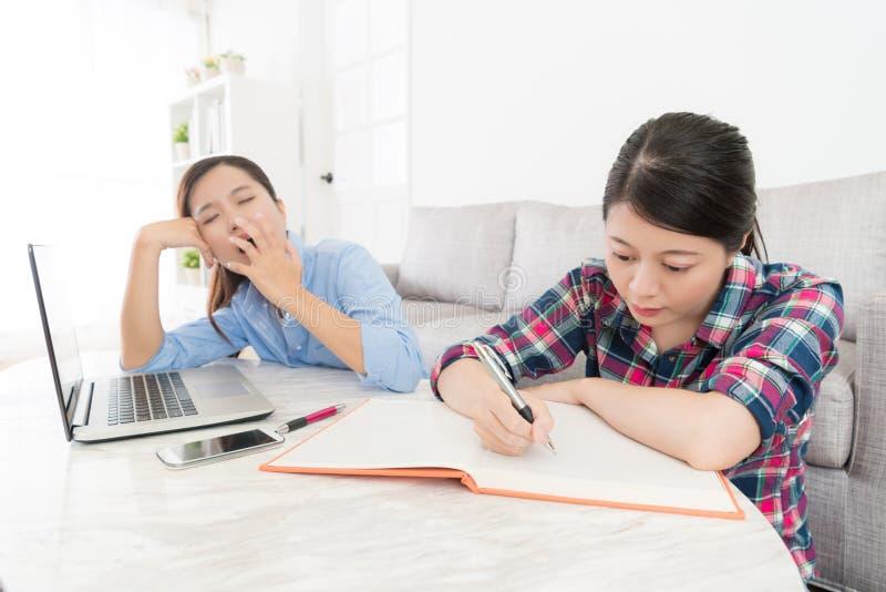 Estudante doce que faz trabalhos de casa seriamente em casa fotografia de stock royalty free