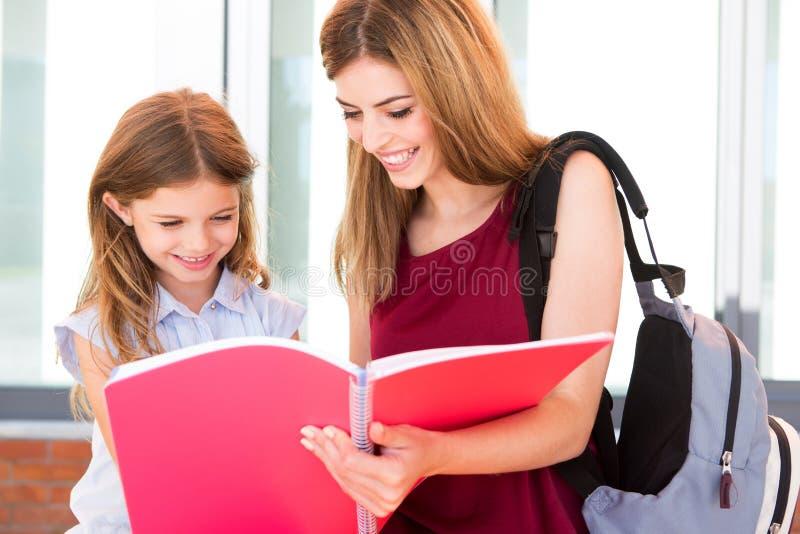 Estudante e sua mãe foto de stock royalty free